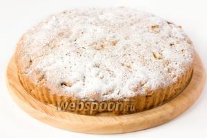 Готовый остывший пирог посыпаем сахарной пудрой, смешанной со щепоткой корицы.