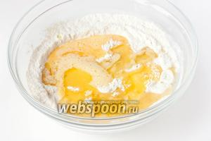 Вливаем яичную смесь, коньяк и подсолнечное рафинированное масло в сухую смесь. Перемешиваем по возможности — тесто на этом этапе густое.