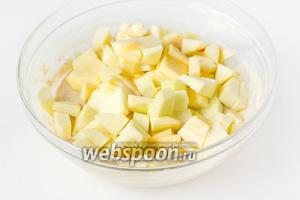 Яблоки чистим, удаляем сердцевину и нарезаем небольшими кусочками. Добавляем кусочки яблок в тесто.
