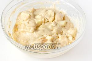 Перемешиваем тесто, чтобы кусочки яблок равномерно распределились в нём.