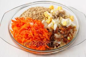 Соединить морковь, лук, орехи, яйца. Посолить и поперчить.