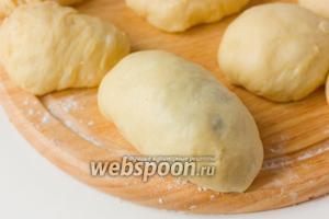 Формируем продолговатый пирожок и защипываем края. Вес сырого пирожка 110-130 г.