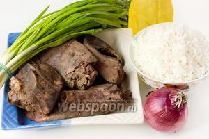Пока тесто подходит, приготовьте начинку для пирожков. Для начинки заранее отварите до готовности в подсоленной по вкусу воде свиной ливер (печень и лёгкое), а также пропаренный рис. Также подготовьте зелёный лук, фиолетовый (или репчатый) лук, подсолнечное рафинированное масло, соль.