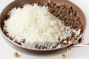Далее всыпаем к ливеру рис. Перемешиваем начинку и несколько минут обжариваем.