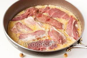Свинину нарезаем крупными кусками, выкладываем в кефирный соус. Готовим на сильном огне 5 минут.