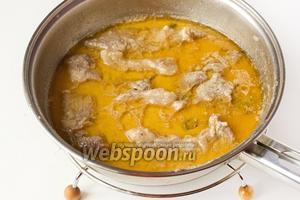 Подаём свинину, тушенную в кефире, в горячем виде на обед вместе с гарниром, идеальный вариант — с отварным картофелем. Поливаем блюдо образовавшимся соусом.