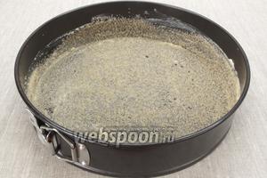 10-15 г сливочного масла используем, чтобы смазать форму для выпечки диаметром 28 см. Борта смазать на половину высоты. Посыпаем коричневым сахаром, его нужно равномерно распределить по форме.