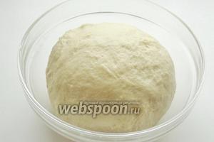 Замешиваем мягкое, не липнущее к рукам тесто. За счёт подсолнечного масла тесто не будет липнуть. Накрываем полотенцем и ставим в тёплое место на 40-50 минут.