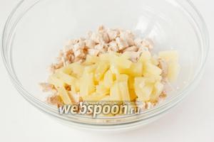 Нарезаем мелкими кусочками кольца ананаса, добавляем в салатник.