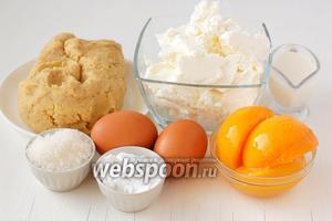 Для приготовления творожного пирога с персиками нам понадобится  ореховое песочное тесто ,  творог, яйца, сахар, крахмал, сметана, консервированные персики половинками.