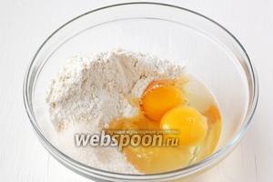 Соединить муку, сахар, яйца.