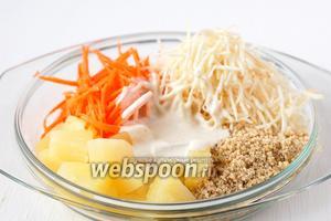 Соединить морковь, сельдерей, ананас, орехи, заправку.