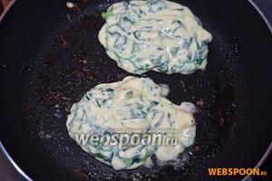 Раскаленную сковороду смажьте маслом и выложите пару ложек теста.