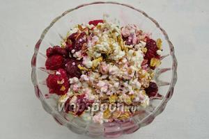 Добавить ягоды малины с соком (сахар по вкусу).