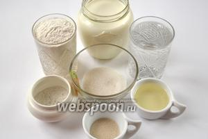 Ингредиенты, которые нам понадобятся для приготовления блинов, вполне традиционные: молоко и вода, дрожжи, мука, яйца, сахар, соль, подсолнечное масло.