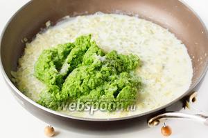 Вливаем в сковороду сливки, перекладываем из чаши блендера овощное зелёное пюре, добавляем немного соли.