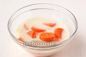 Морковь почистить, порезать кусочками. Добавить молоко и измельчить с помощью кухонного комбайна.