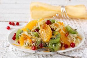 Салат из капусты, ягод и фруктов