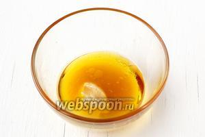 Для заправки соединить мёд, оливковое масло, горчицу.