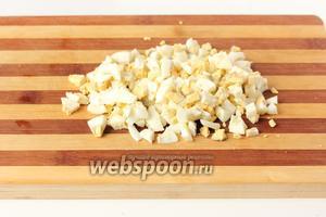 Остывшие яйца чистим и нарезаем кубиками.