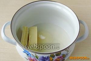 В небольшую кастрюльку поместить сливочное масло, всыпать сахар и влить воду.
