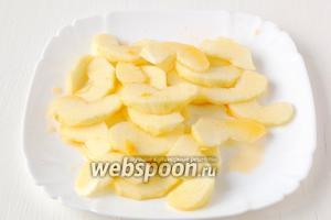 Яблоко почистить, порезать тонкими ломтиками, полить мандариновым соком.