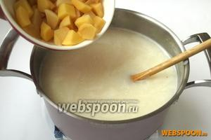 Добавить в кастрюлю нарезанный кубиками картофель и варить до полуготовности.