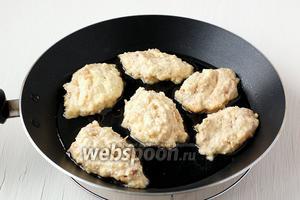 Набирать массу столовой ложкой и выпекать на сковороде на растительном масле с обеих сторон до золотистой корочки.
