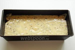 Тесто выкладываем  в форму для кексов и ставим в духовку, разогретую до 175-180 °C.