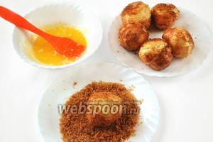 Смажем растопленным маслом горячие поповеры, а затем обваляем в сахарной ароматной смеси.