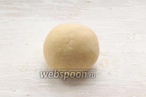 Готовим лепёшку. В просеянную муку всыпать соль, добавить масло топлёное, влить воду. Замесить тесто. Оставить его на столе. Периодически переминайте получившийся колобок.