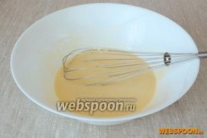 В миске взбить венчиком яйца, сметану, сахар, ванильный сахар и соль.