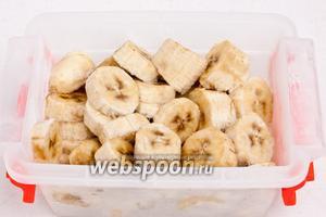 Банан предварительно очистить, нарезать кольцами и заморозить.