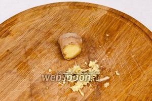 Когда молоко, стружка и замороженный банан готовы можно приступить к непосредственному приготовлению смузи. Имбирь очистить и натереть на мелкой тёрке.
