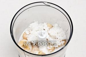 В чашу блендера поместить молоко, стружку, банан, имбирь и молотые зёрна кардамона.