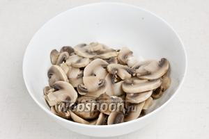 Опустить в кипящую воду на 5 минут, затем воду слить, а грибы отложить в сторону.