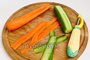 Морковь очистить от кожуры. Затем огурец и морковь нарезать тонкими полосками с помощью ножа для чистки овощей.