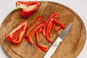 Взять небольшой перец (или половину), очистить от семян и нарезать тонкой соломкой.