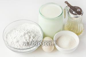 Для приготовления крахмальных блинов нам понадобится просеянные вместе картофельный крахмал и пшеничная мука, молоко, сахар, куриное яйцо, подсолнечное рафинированное масло, ванилин, сода.