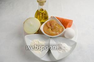 Для приготовления оладий нужно взять икру судака, морковь и луковицу небольшого размера, яйцо, оливковое масло, соль, картофельный крахмал и муку.
