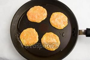 Раскалить сковороду с антипригарным покрытием, смазать поверхность оливковым маслом, с помощью ложки вылить небольшое количество теста овальной формы, тонким слоем. Жарить в течение 1 минуты.