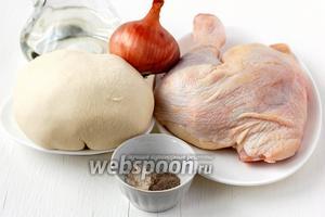 Для приготовления вареников с куриным мясом нам понадобится   заварное тесто для вареников , лук, куриные бёдра, подсолнечное масло, соль, перец.
