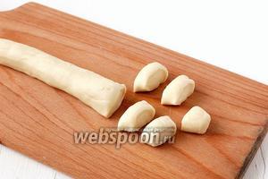 Тесто сформировать в виде жгута диаметром 2 см и нарезать ломтиками тощиной 1 см.