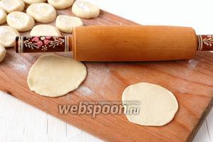 Раскатать каждый кусочек в лепёшку толщиной 0,8 мм.