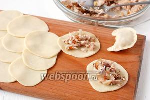 Выложить по 1 столовой ложке начинки на лепёшку. Края лепёшки соединить и защипать, формируя вареник.
