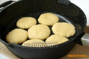 Выкладываем лепёшки на хорошо разогретую сухую сковороду и выпекаем. Это занимает около 10 минут. Печь следует на медленном огне для того, чтобы лепёшки успели пропечься изнутри и преждевременно не зарумянились.