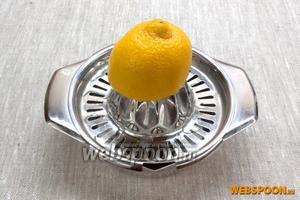 Выдавить лимонный сок. Добавить 1 ст. л. сока в блендер.