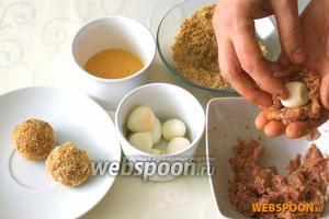 Сделать из фарша плоскую лепёшку, положить на середину яйцо и скатать шарик. Мясной шарик окунуть в болтушку из куриного яйца и обвалять в панировочных сухарях.
