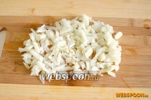 Нарежьте вторую луковицу мелкими кубиками.