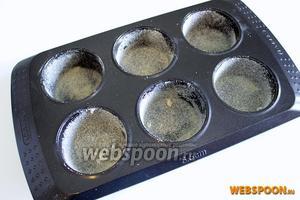 Форму для выпекания смажьте растительным маслом и обсыпьте хорошо манной крупой. Благодаря крупе образуется вкусная корочка, а сама бабка будет держать форму.